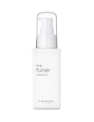 Разглаживающий крем Trie Tuner Cream 0 от Lebel глубоко увлажняет и бережно разглаживает сухие, пористые и вьющиеся волосы без фиксации и утяжеления. Эффекты крема Trie Tuner Cream 0: Увлажняет и питает волосы витминами Смягчает жесткие волосы, придавая им исключительную мягкость Разглаживает локоны, придавая им шелковую гладкость и здоровый блеск Обладает антистатическим эффектом, убирает пушащиеся и торчащие волосы Уплотняет волосы и восстанавливает их структуру изнутри Защищает волосы от уф-лучей (SPF 25) Крем обладает легкой текстурой и свежим яблочным ароматом. Экономичная консистенция позволяет использовать крем максимально долго. Приятный свежий яблочный аромат, который долгое время сохраняется на волосах и радует окружающих. Активные компоненты: масло ореха макадами и токоферол (витамин А). Способ применения: Распределите крем в ладонях. Обычно достаточно одного-двух нажатий дозатора. На только что вымытые, влажные волосы, несколько отступая от корней, нанесите крем. Займитесь укладкой, используя прохладную струю воздуха фена.